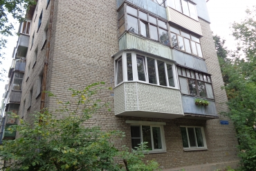 Балкон «под ключ» с увеличением по плите, скошенными углами («евробалкон»), «теплым» остеклением рамами из ПВХ-профиля на ул.Металлургов в г.Туле.