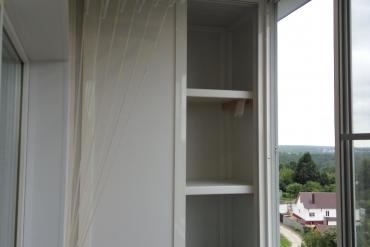 Фрагмент отделки балкона «под ключ» в «брежневке» - вместительный встроенный шкаф до потолка, внутренняя отделка ПВХ-вагонкой, устройство освещения на балконе, пос. Ивановские Дачи.