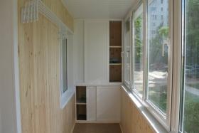 вместительный шкаф на балконе