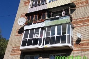 - Выносной балкон со скошенными углами («евробалкон») с «французским» остеклением алюминиевыми рамами, пос. Косая Гора.