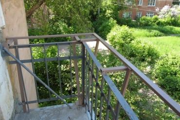 Предварительная подготовка балкона для увеличения по подоконнику на три стороны – монтаж каркаса ограждения на ул.Болдина, г.Тула.